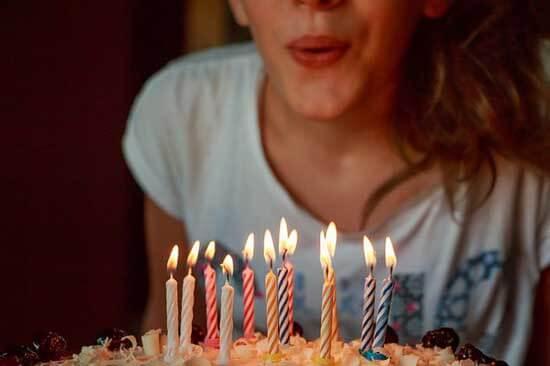 Духането на свещите върху тортата е опасно за здравето. Бактерии и микроби със слънката попадат върху нея