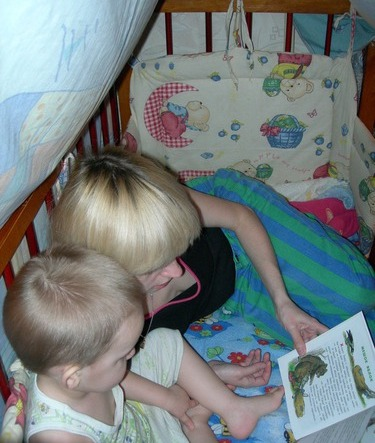 Пет причини да четете на детето преди заспиване Четенето преди заспиване укрепва вашите взаимоотношения с детето. Четенето преди заспиване увеличава словесния му запас. Четенето преди заспиване развива въображението.