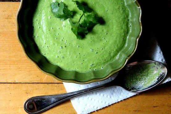 Зелена супа гаспачо. Студената супа гаспачо е патент на испанската кухня. Студената супа се консумира с крутони. Преди поднасяне във всяка чиния със супа зелена гаспачо може да се сложи лъжица сметана. Следвай ме - Гурме.