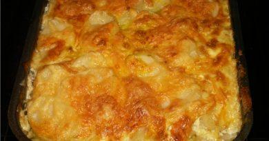 Картофи по смолянски. Продукти: картофи – 1 кг., прясно масло – 100 гр., брашно – 30 гр., яйца – 3 броя, кашкавал (по-твърд) – 100 гр., кисело мляко – 200 гр. (една чаена чаша), черен пипер и сол – на вкус. Сайтът на Силвето. Следвай ме - Гурме.