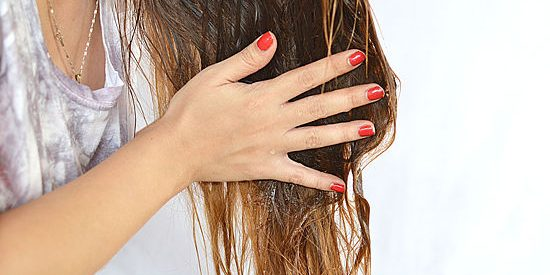 Падането на косата е проблем, подсказващ най-често за промяна в хормоналния баланс или за някакво скрито заболване, свързано с жлезите с вътрешна секреци, нелекувани зъби, драстични диети, химио и лъчетерапия. По правило, той се среща при бременните и при младите майки докато кърмят. Евтини народни средства срещу косопад. Сайтът на Силвето. Следвай ме - Стил.