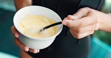 Кисела и сладка маска за нокти. Маска с майонеза, но продуктът трябва да бъде истински, т.е. да е домашно приготвен или да е от производител, за който сте убедени, че не продава белезникав крем с консерванти и незнайно какво още. Краставичено-ябълкова маска. Настържете на ситно ренде половин краставица и половин ябълка, които се обелили предварително. Изцедете сока на половин лимон. Следвай ме - Стил