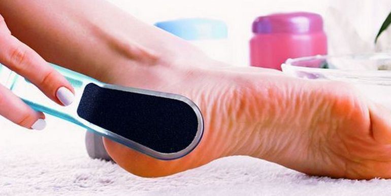 Два ефикасни начина за нежни пети. От постоянното триене и натоварване кожата на петите бързо губи своята гладкост, особено в сезона на сандалите. Загрубели, те съвсем не за естетична гледка. Този козметичен проблем може да пререстне в медицински, ако по тях се появят пукнатини. Всеки ден правете масаж, като втривате увлажняващ крем или масло за пети. За да бъдат те гладки и нежни, носете удобни обувки, а в топлото време, при възможност, ходете боси върху релефни повърхности. Сайтът на Силвето Седвай ме. Стил.