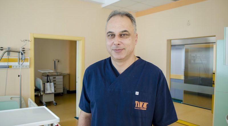 """Уголемената простата не влияе на сексуалните възможности. Д-р Емил Петков е специалист уролог в сектор """"Урология"""" към Хирургична клиника на Болница """"Тракия"""". Един от честите въпроси, които пациентите задават е дали уголемената простата намалява сексуалната функция и може ли тя да бъде възстановена чрез медикаменти или хранителни добавки? Следвай ме - Здраве."""
