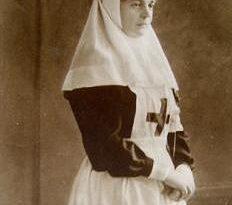 """Панихида за царица Елеонора. На 12 септември 2017 г. (вторник) от 10:30 часа в двора на Боянската църква ще бъде отслужена панихида по повод 100 годишнината от смъртта на царица Елеонора. В този ден Българският Червен кръст и литературното издателство """"Факел"""" ще отдадат заслужена почит на една личност, чийто ореол на добрина и милосърдие я е съпътствал винаги, казаха от червенокръстката организация. Сайтът на Силвето. Следвай ме - Общество."""