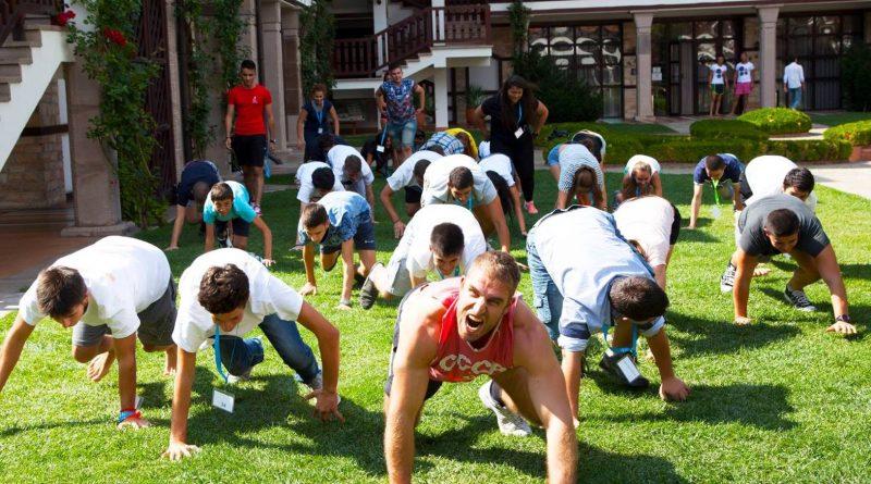 """Българи ще подобряват световния рекорд на Гинес по правене на лицеви опори. Това ще стане на 9 септември на голямата поляна в Южния парк от 9.45 ч., където ще се надпреварват всичик желаещи от всички възрасти. Събитието е част от инициативата на фитнес инструктора Лазар Радков """"Да мотивираме 1 000 000 Българи да тренират!"""" и мащабната кампания """"Живей активно"""". Сайтът на Силвето. Следвай ме - Общество."""