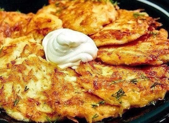 Вкусни палачинки от картофи. В руската кухня картофените изделия са широко застъпени. Едни от тях, които се приготвят лесно в различни варианти и наподобяват малки палачинки се наричат дряники. Следвай ме - Гурме