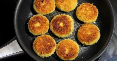 Кюфтета от овесени ядки. Овесените ядки са изключително полезни за човешкото здраве. Те включват много фибри, а една от разновидностите - бета глукан, има свойството да редуцира лошия холестерол в кръвта. Продукти: Овесени ядки – 250 – 300 г, вряла вода – 1 – 1 ½ чаена чаша, праз лук – 2 глави, хляб сух – 1 филия, яйца – 1 – 2 (според грамажа на ядките), чубрица, джоджан, пресен магданоз, черен пипер смлян, сол – на вкус. Сайтът на Силвето. Следвай ме - Гурме