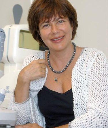"""Сложната операция беше извършена в МБАЛ """"Св. София"""". Офталмолози премахнаха рядък тумор от слъзен канал. Извънредно рядката сложна очно-реконструктивна пластична операция извършиха гост-оператор д-р Мария Михайлова от Франция, специалист по пластична хирургия на окото, орбитата, клепачите и слъзните пътища и доц. Христина Благоева – началник клиника по офталмология на Многопрофилнрата болница за активно лечение ''Св.София''. Следвай ме - Здраве."""