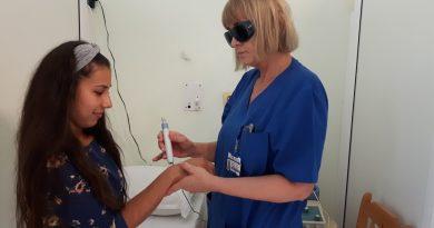 В Бургаската болница премахват с лазер болки в ставите . С тази терапия лекуват и бързо трудно зарастващи рани. Само тук е възможна ранна рехабилитация на болни след инсулт, което е голямо облекчение за близките на такива пациенти и шанс за пълно възстановяване на движенията. Следвай ме - Здраве