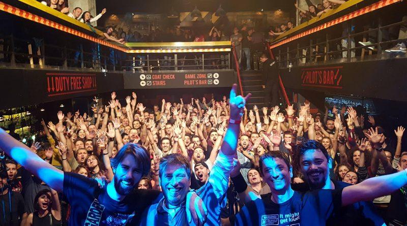 DER HUNDS свириха в памет на CHRIS CORNELL С концерта си те подкрепиха хората с депресия. Тази нощ Терминал 1 събра над 600 човека, почитатели на сиатълската музика и идола на няколко поколения - Chris Cornell. Легендарният рок музикант се самоуби след концерт в Детройт на 18 май тази година. Няколко дни по-късно, под влиянието на силната емоция, група DER HUNDS започнаха да създават своя трибют в памет на Chris Cornell. След няколко месечни усилени репетиции, трибютът беше изсвирен за първи път пред българската публика. Следвай ме - Общество