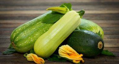Тиквичките връщат половата мощ. Тиквичките – тази широко разпространена култура, освен приятния си и свеж вкус, притежава и редица лечебни свойства. Те се дължат на факта, че в тях се синтезират каротин, аскорбинова киселина, витамини от група В, въглеводороди и органични киселини. В зависимост от условията на отглеждане в тиквичките се натрупват различни макро- и микроелементи желязо, калций, калий, магний. Този зеленчук е с ниска калоричност – 20 – 25 ккл на 100 грама, което ги прави подходящи за диетично хранене. Следвай ме - Здраве
