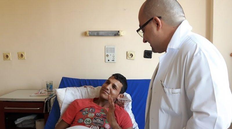 Млад мъж проходи отново след операция в УМБАЛ Бургас. 21-годишният Румен Русев отново може да ходи, благодарение на отделението по ортопедия на Университетската многопрофилна болница в Бургас. Преди да попадне в болницата, той се мъчил с недъг, който блокирал движенията му. Левият крак бил така изкривен, че той не можел да стъпва на него – влачил го по земята, трудно работел и се е чувствал половин човек. Следвай ме - Здраве