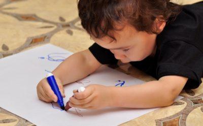 Пет съвета за развитието на детето – левичар. Вижте кои са те. 11% от хората по света са левичари. Ако вашето дете попада сред тях, му се налага да преодолява някои трудности. За това родителите могат да му окажат неоценима помощ. Съвет № 1. Как да се определи дали детето е левичар Учените спориха дълго време по въпроса дали левичарството се предава по наследство. Накрая, в 2007 г. те успяха да открият ген, отговарящ за определена особеност. Те доказаха, че то е наследствено и се предава по бащина линия. Дали детето ви е левичар или не ще определите, като наблюдавате коя ръка протяга за играчка, с коя ръка хваща лъжицата или в коя посока разбърква млякото или чая. Ако е по часовниковата стрелка, то е десничар, и обратното. Следвай ме - У нас.