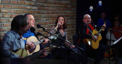 """""""Точка БГ"""" свирят благотворително за психично болните. В Световния ден на музикотерапията - 15 ноември, музикантите от акустична група """"Точка БГ"""" и музикотерапевтът на психиатричната клиника на """"Александровска"""" Цветина Панайотова /цигулка/, ще свирят благотворително в подкрепа на терапията чрез изкуство за психично болни хора. Следвай ме - Култура."""