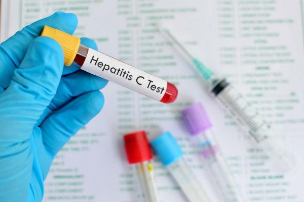 """243 души се изследваха за хепатит В, С и ХИВ в рамките на Европейската седмица за тестване за вирусен хепатит и ХИВ, която се отбеляза в София между 17 и 24 ноември 2017 г. от Сдружение """"ХепАктив"""" и Сдружение """"Здраве без граници"""". Тази година в България тя премина под мотото """"Върни лентата. Спомни си. Тествай се"""" и беше насочена към хората, родени между 1945 и 1965 г. (т.нар. baby boomers), при които в миналото е имало повишен риск от заразяване с вируса на хепатит С, тъй като той е открит едва през 1989 г. Следвай ме - Здраве"""