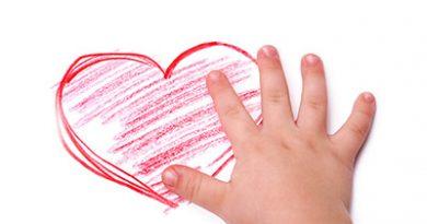 Детето пребледнява често. Заведете го на кардиолог. Внезапната детска смърт, в повечето случаи, е в резултат на неоткрито кардиологично заболяване. 18 на 1000 от новородените издъхват по тази причина, показват данни на Световната здравна организация. При почти 45% от хората по света се наблюдава пролапс на митралната клапа, но обикновено не се налага хирургична намеса. Достатъчна е само общоукрепваща и навременна терапия. Следвай ме - Здраве