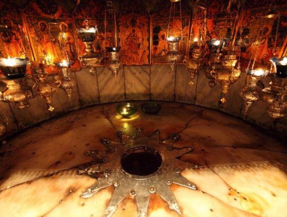 Витлеемската пещера. Тя е отворена за посещения на поклонници целогодишно. Господ добре познавал окаменелите човешки сърца и съмняващия се човешки разум и свързал най-важните събития от земния Си живот с неразрушими скали, оцелели през вековете до днес. Следвай ме - Вяра