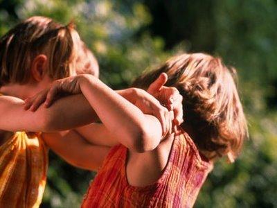 Как да се избягват конфликтите между децата в семейството? Причините за конфликтите между децата са в неспособността да се понесе фрустрацията. На всички малчугани им е трудно да се справят с нея, особено на страдащите от опозиционно-предизвикващо разстройство. Следвай ме - у дома