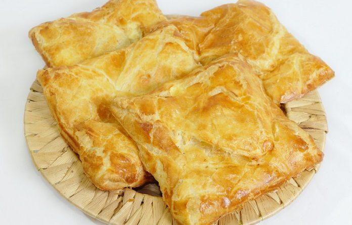Хачапури със сирене. Хачапурите са традиционно тестено изделие от грузинската кухня. Тестото може да бъде напълнено със сирене, кашкавал или месо. Ако то бъде замесено по традиционната рецепта, задължително трябва да е с мая. В плънката може да се прибави извара и всякакви зелени подправки.