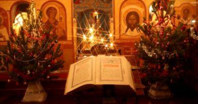 """Храмът е домът на Бога. На Рождество Христово хората отиват на Света литургия в храма. Някои от вас, вероятно, за пръв път ще заведат децата си там в дните, когато честване Рождество Христово, наричано по народному Коледа. Малчуганите ще им задават въпроси за много неща. За да не сте неподготвени, """"Следвай ме"""" Ви дава жокер, с който ще спечелите уважението на наследниците си, че сте родителят, който знае всичко и е единственият на света, който може да отговори и на ай-трудните въпроси. Следвай ме - Вяра"""