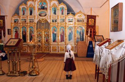 Храмът е домът на Бога. На Рождество Христово хората отиват на Света литургия в храма. Някои от вас, вероятно, за пръв път ще влязат в него по време на коледните и новогодишните празници. Други вече са ходили на църква и знаят, какво се прави там. При влизане и при излизане от храма християните се прекръстват три пъти. Прекръстват се още преди и след молитва. Следвай ме - Вяра