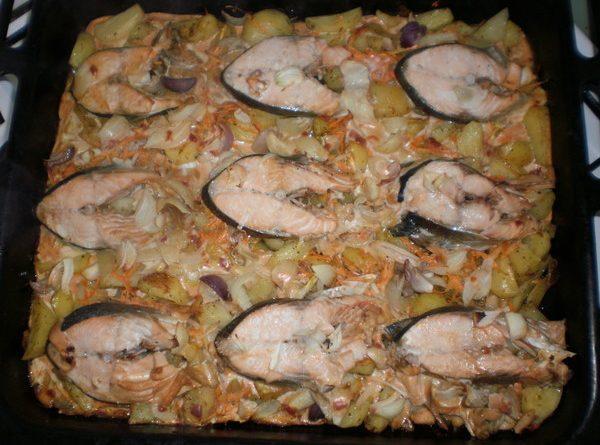 """Риба с мед и вино. """"Следвай ме"""" ви предлага рецепта, по която може да бъде приготвена всякаква риба, както сладководна, така и морска. Преимуществото на това ястие е, че едновременно се приготвя и рибата, и гарнитурата към нея. Освен това, като цяло, продуктите се приемат добре от вкуса на българина."""
