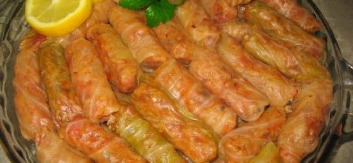 """Новогодишни сарми – хапки с месо.Сармите, макар и ястие от Изтока, е навлязло трайно в българската кухня. Когато те са приготвени с кисело зеле, вкусът им е доказано неустоим. Сайтът """"Следвай ме"""" Ви предлага една традиционна и много вкусна рецепта. Следвай ме - Гурме"""