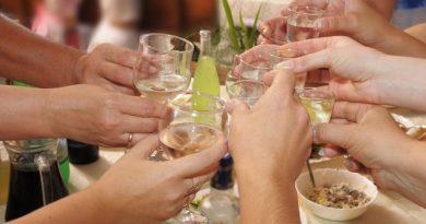 Да пием без да се напием? Възможно е, вижте как.Преди да отидете на място, където ще се сервира алкохол, хапнете нещо солидно – готвено месо или дори само сандвич. Половин час преди да седнете на маса, можете да изпиете 50 г спиртна напитка. Тя ще провокира образуването в организма ви на вещества, подпомагащи разграждането на алохола. Така ще сте по-устойчиви към по-нататъшното пиене. Следвай ме - Стил