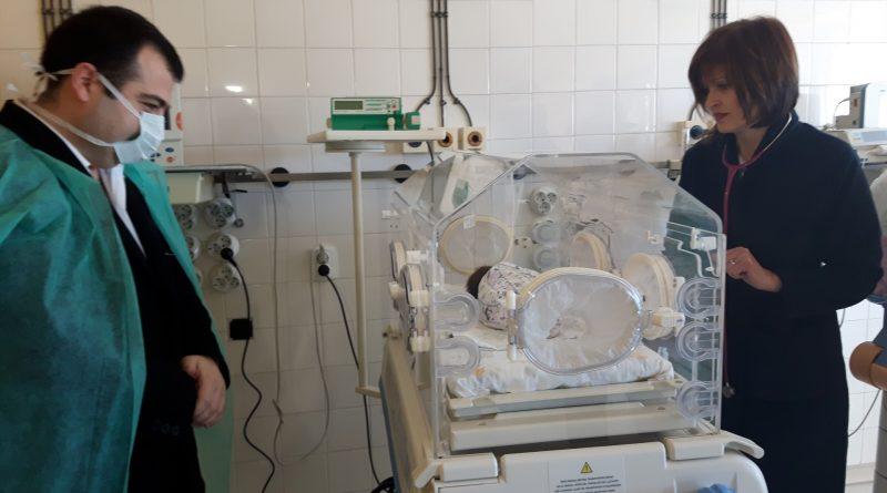 """Общинският съветник в Бургас Константин Бачийски дари на Университетската болница в града нов кувьоз – апарат, който спасява живота на недоносените бебета. От години той заделя заплатата си от общинския съвет за каузата """"Повече здраве за Бургас"""". Апаратът пристигна миналата седмица, а днес бе пуснат в употреба в присъствието на дарителя. Следвай ме - Здраве"""