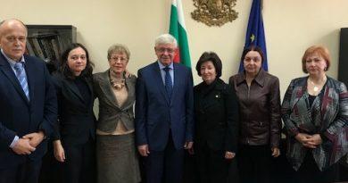 Министерството на здравеопазването разработва единни правила към държавните лечебни заведения как да се определя размерът на възнагражденията на служителите. Това стана ясно по време на среща на здравния министър и неговия екип с ръководството на Българската асоциация на професионалистите по здравни грижи (БАПЗГ). Следвай ме - Здраве