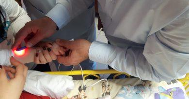 Веноскоп – апарат за лесно и безболезнено откриване на вени при бебета и малки деца получи като дарение УМБАЛ Бургас. Веноскопът бе доставен днес в болницата и веднага бе пуснат в употреба. Вените при бебетата се виждат и намират трудно, веноскопът ще спести ненужно многократно бодене на кожата за поставяне на абокат. С помощта на светлината апаратът локализира вените и помага на медицинските сестри и лекарите да намерят точното място за абоката. Следвай ме - Здраве