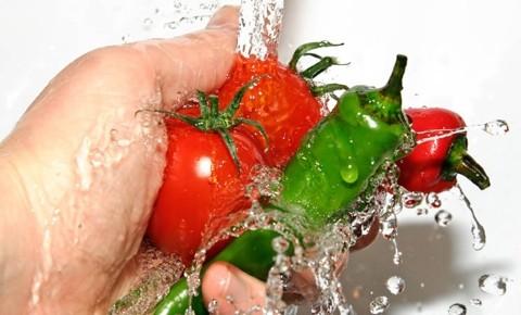 """Екологично чисти продукти могат да се купят само от биомагазините. Пределно ясно е, че малцина могат да си ги позволят заради високите цени. Ясно е и това, че не малко от вносните плодове и зеленчуци са генно модифицирани. Да се справим с ГМО не е възможно, но можем максимално да изчистим пестицидите от тях. """"Следвай ме"""" ви информира как да направите това с някои от най-разпространените продукти, които слагаме на трапезата. Следвай ме - У дома"""