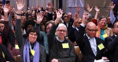 """USA епархия впрегна Бог в джентър-идеологията. Включва и транссексуалните във всички дейности на църквата. Епископската църква във Вашингтон (САЩ) е приела резолюция да се спре използването на мъжки местоимения за Бога в бъдещите актуализации на своята """"Книга на общата молитва"""". Следвай ме - Общество"""