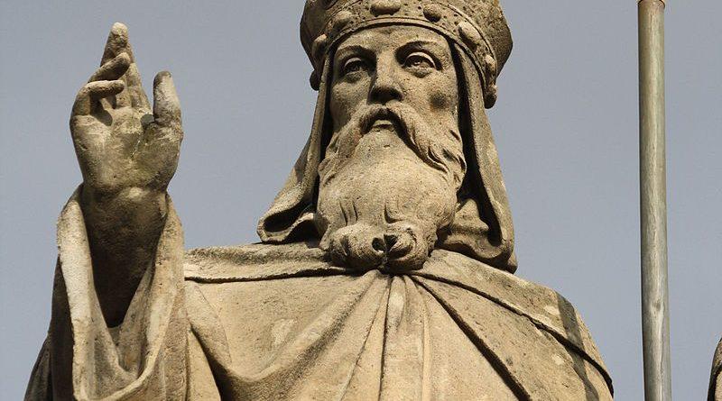 """На 14 февруари Православната църква почита паметта на св. Константин Кирил – Философ. За просветителското му дело, заедно с това на св. Методий, всеки знае малко или повече. Накратко, той е роден през 827 г. в знатно аристократично семейство в Солун. Умира на 42-годишна възраснт на 14 февруари 869 г. в Рим, където мощите му се покоят и до днес в базиликата """"Сан Клементе"""". За етническия му произход има три хипотези: гръцки, славянски и смесен. Следвай ме - Вяра"""
