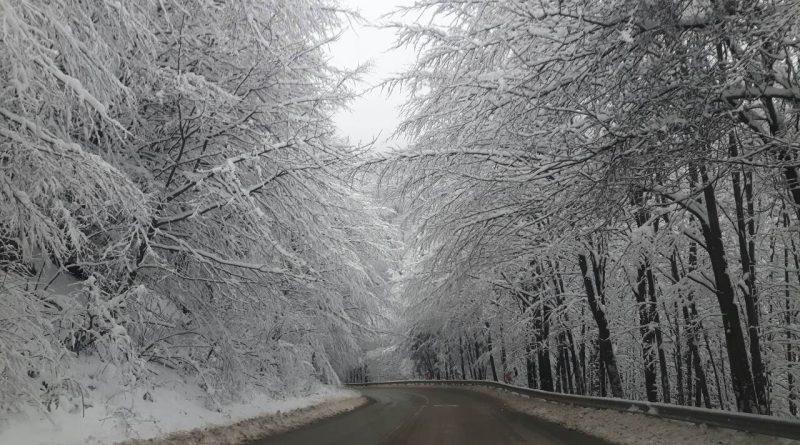Пътищата опасни от неделя – сняг и силен вятър. се очакват заледявания в резултат на снеговалежи и силни североизточни ветрове, предупреждават от Агенцията пътна инфраструктура. Следвай ме - Общество