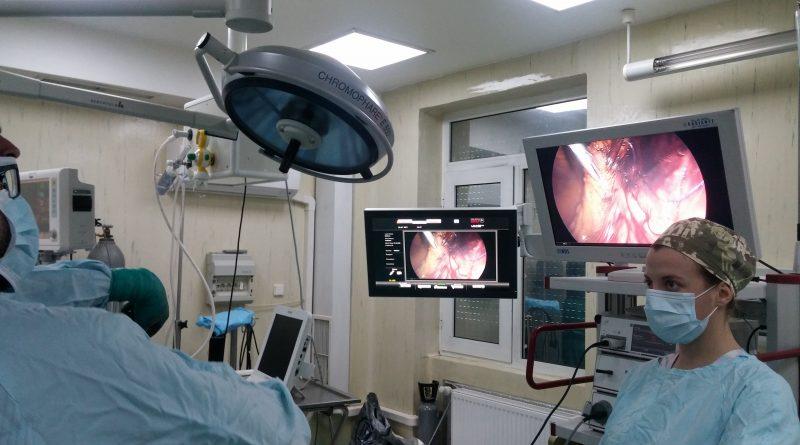 Махнаха тумор от бъбрек на жена с тежко затлъстяване. 63-годишна жена с тежко затлъстяване и тумор на бъбрека успяха да спасят лекарите в Университетската болница по онкология чрез лапароскопска операция. Това е бил единственият шанс за лечение на пациентката заради съпътстващите усложнения. Следвай ме - Здраве