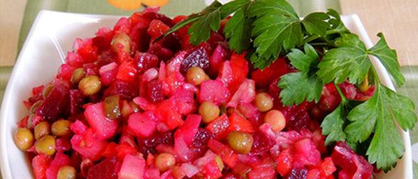 """Популярната зимна салата в Русия """"Винегрет"""" се приготвя от варено цвекло, картофи, моркови, кисело зеле и кисели краставички, кромид лук, грах, може и една ябълка. Наименованието произлиза от френския сос винегред – широко разпространен в Европа, а така също и в дореволюционна Русия. Следвай ме - Гурме"""