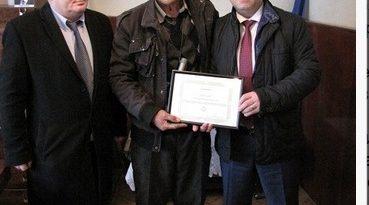 Министерство на околната среда и водите (МОСВ) награди с грамота жителя на силистренското село Зарица Сафет Халид в знак на благодарност за оказаната грижа за бедстващи щъркели, които той приюти в дома си. Следвай ме - Общество
