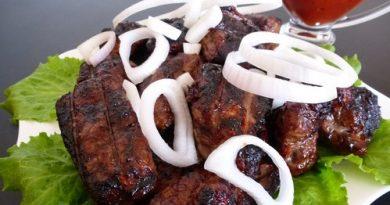 Говежди дроб на барбекю. Говеждият дроб не е застъпен особено в българската кухня, като шкембето, например. Една от причините е, че той е доста сух. Ако обаче се увие в мастна тъкан, каквато се продава в магазините за месо и най-вече на щандовете за карантия, или сланина, вкусът му става съвършено различен – сочен, но не и мазен. Следвай ме - Гурме
