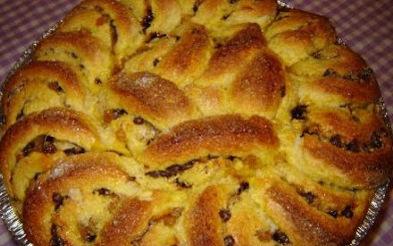 Сладък кранц със стафиди. Хлябът кранц е хляб от Алпите. Някога, най-вече в соления му вариант, той е приготвян от домакините като насъщен за всеки ден. За празнични дни те го разнообразявали, като вместо подправки и зеленина го подслаждали и започнали да му добавят сушени плодове и ядки. Следвай ме - Гурме