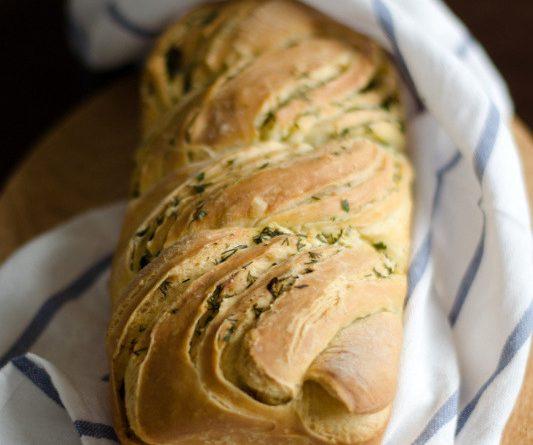 """Кранц – хляб с чесън и зелени подправки. Хлябът кранц води началото си от Алпите. Освен вариант с подправки, за който """"Следвай ме"""" ви предлага рецепта, той може да бъде още сладък с плънка или със стафиди и всякакви други сушени плодове. Следвай ме - Гурме"""