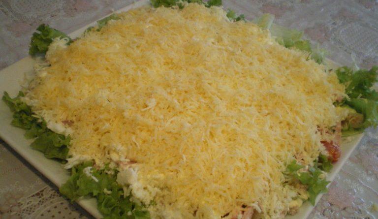 Слоеста салата от пиле и зеленчуци. Тя е вкусно мезе за всякакви напитки, дори могат да послужат за лек обяд или вечеря. Следвай ме - Гурме