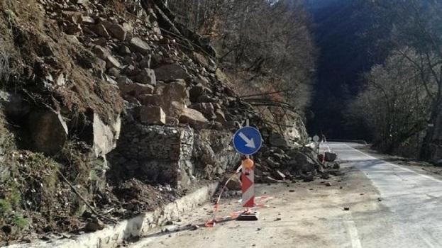 Има повишена опасност от падащи камъни в Смолянска област, предупредиха от Областното пътно управление. Това важи за всички пътища, затова водачите да шофират с повишено внимание, уточниха от там. Следвай ме - Общество