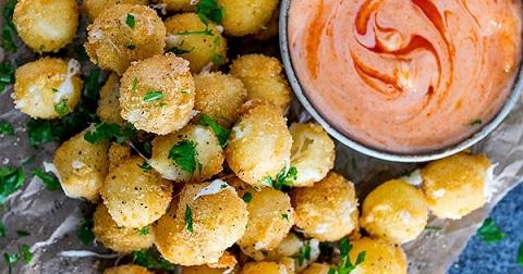 Пикантни топки от топено сирене. Пикантните сирени топки, поднесени върху крекери или малки сухари са не само вкусни, но и впечатляват. Следвай ме - Гурме