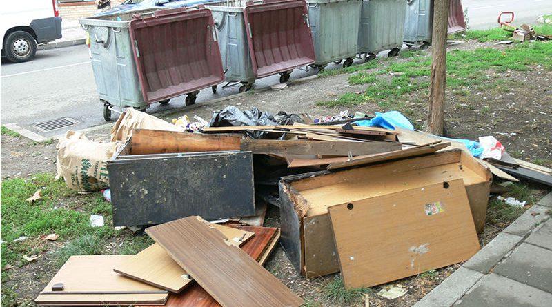 """Контейнери за стари мебели и дървени отпадъци започват да поставят във Велико Търново. Това съобщиха от общината и от компанията """"Кроношпан"""", които са инициатори и организатори. Следвай ме - Общество"""