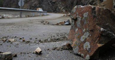Повишена опасност има от падащи камъни по всички пътища в Смолянска област. Затова водачите трябва да шофират с повишено внимание и съобразена скорост, Следвай ме - Общество