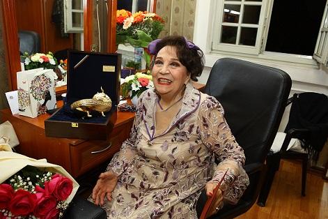 Една от легендарните актриси на Народния театър Мария Стефанова получи реплика на съд от златното съкровище от Надсентмиклош по повод рождения си ден. Следвай ме - Култура