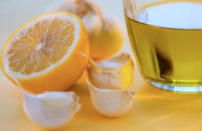 Чесън и лимон чистят кръвоносните съдове. Народната медицина предлага едно помощно средство, което съчетано със здравословното хранене изчиства кръвоносните съдове, съдейства за нормализиране на кръвното налягане, подобрява тонуса и същевременно е много добро средство за подсилване на имунната система през есента. Следвай ме - Здраве
