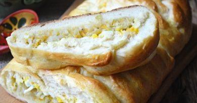 """Кулебяка със зеле и яйца. Кулебяката е вид пирог и е широко застъпена в руската кухня. Наименованието идва от старият славянски глагол """"кулебячит"""", което в превод означава завивам на ръка. В случая става въпрос за завиване на тесто. Следвай ме - Гурме"""